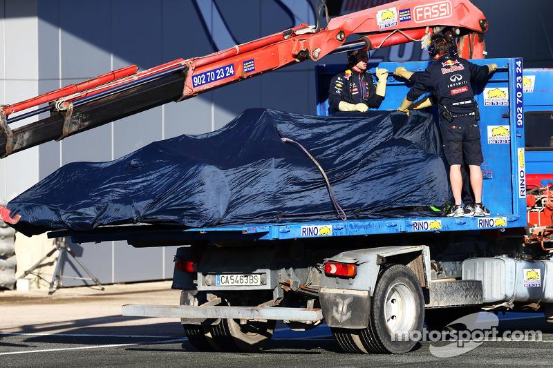 Der Red Bull Racing RB11 von Daniil Kvyat, Red Bull Racing, wird per Lastwagen zurück in die Box geb
