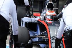 Jenson Button, de McLaren MP4-30 corriendo flujo lluvia