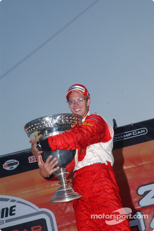 Le champion ChampCar World Series 2004 Sébastien Bourdais fête sa victoire avec la Vanderbilt Cup