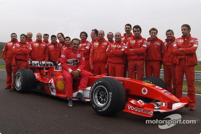 Carlos Reutemann posa con miembros del equipo Ferrari
