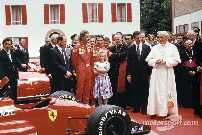 Візит Папи Римського Івана Павло ІІ до Ferrari у 1988-му: Герхард Бергер і Мікеле Альборето