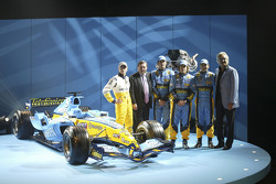 Heikki Kovalainen, Patrick Faure, Franck Montagny, Fernando Alonso and Giancarlo Fisichella with the new Renault R25