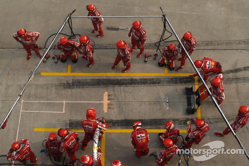 Miembros del equipo Ferrari listos para pitstop