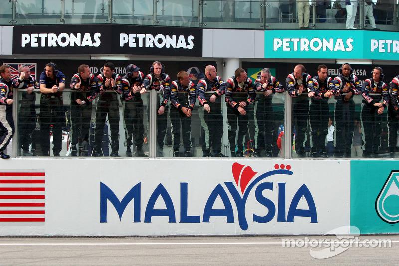 Los miembros del equipo Red Bull Racing se preparan para celebrar los puntos finales