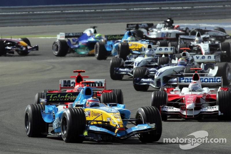 Primera curva: Fernando Alonso al frente del grupo