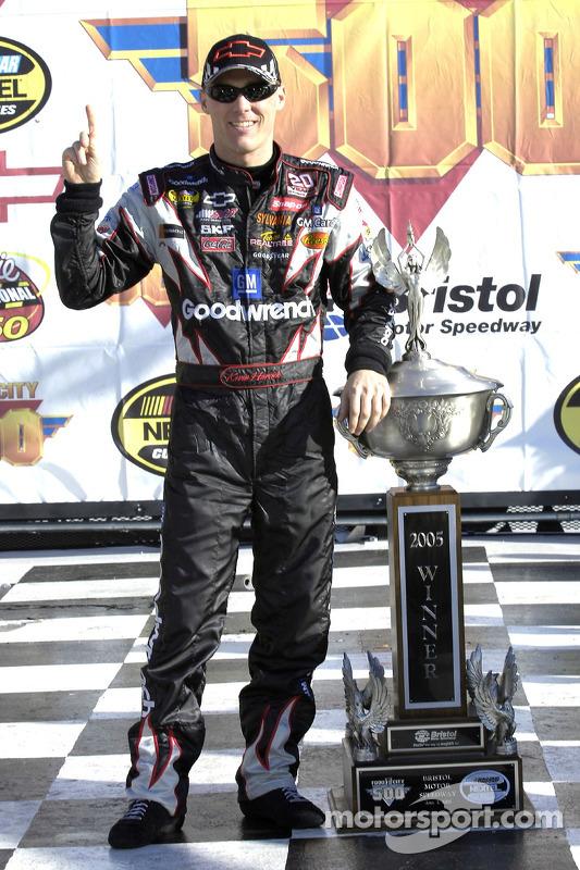 El ganador de la carrera, Kevin Harvick