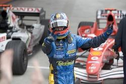 El ganador del GP de San Marino 2005, Fernando Alonso, lo celebra