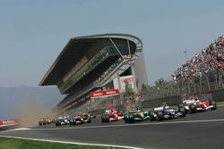 Start: Mark Webber battles with Ralf Schumacher and Giancarlo Fisichella