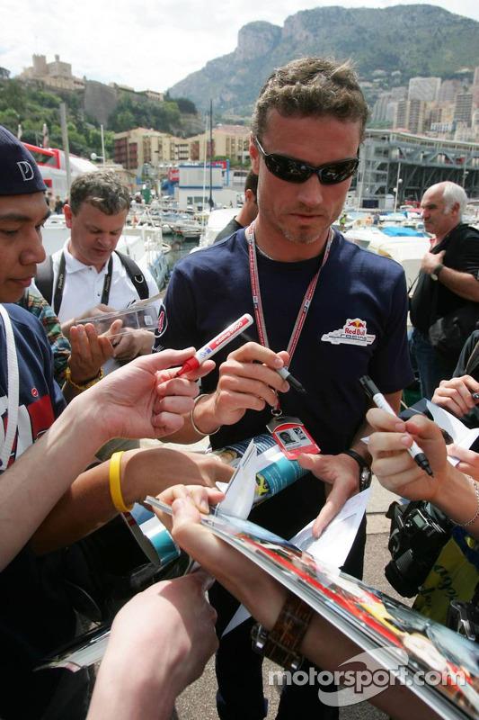 David Coulthard signe des autographes