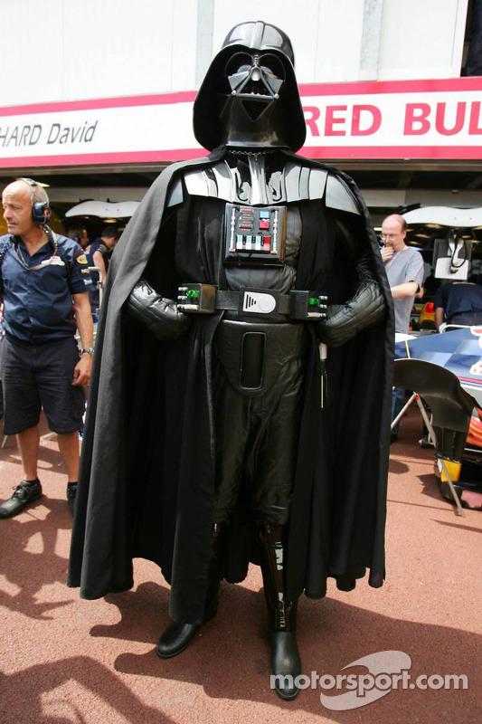 Darth Vader observa la acción en pits