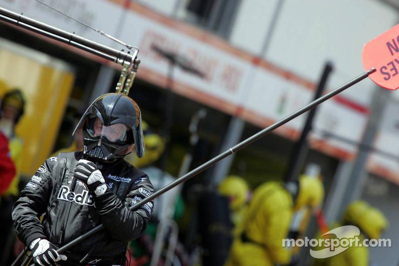 Darth Vader observa el hombre Red Bull Racing de la piruleta