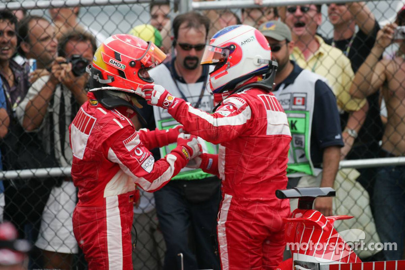 Podio segundo lugar Michael Schumacher y tercer lugar Rubens Barrichello celebran