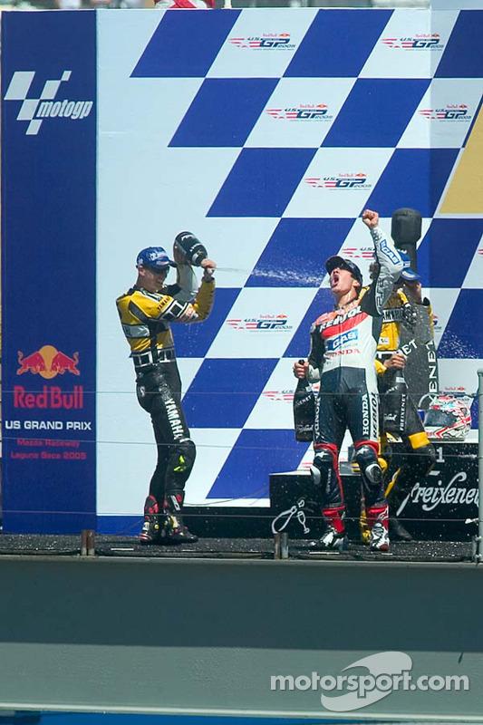 Podium: ganador, Nicky Hayden celebra con Colin Edwards y Valentino Rossi