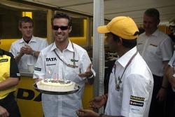 Tiago Monteiro kutlama yapıyor his birthday ve Narain Karthikeyan