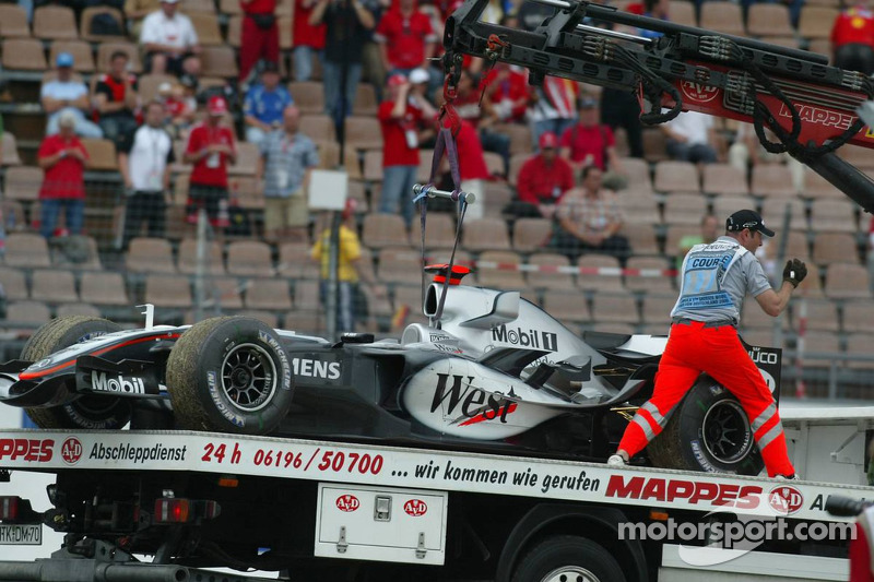 El McLaren de Kimi Raikkonen en una grúa