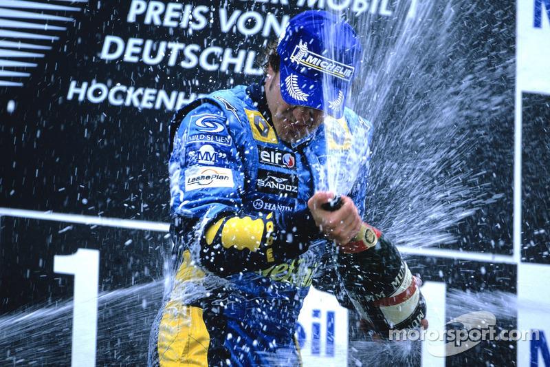 Podio: champagne para el gaador de la carrera Fernando Alonso