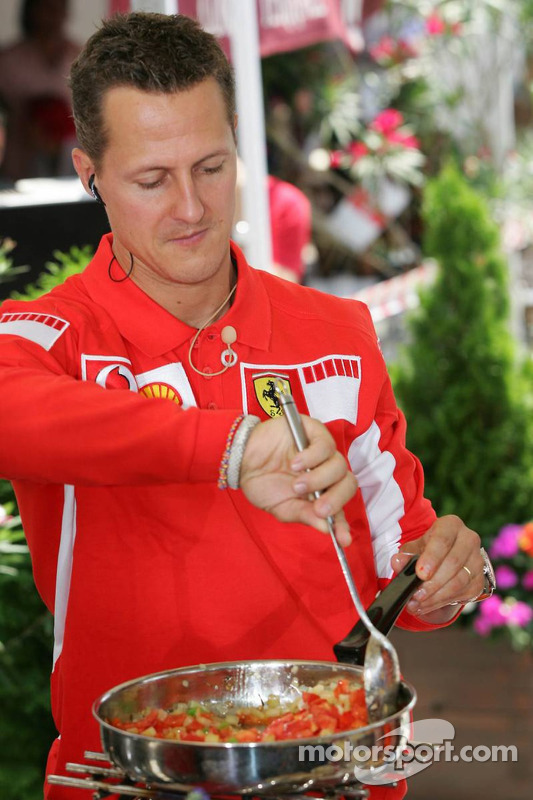 Evento Vodafone en el Intercontinental hotel: Michael Schumacher cocinando