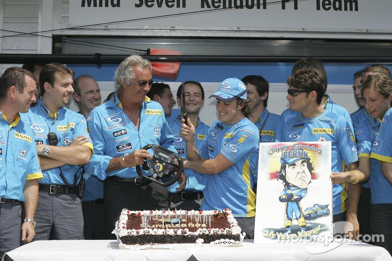 Fernando Alonso celebra su cumpleaños número 24 con los miembros del equipo Flavio Briatore y Giancarlo Fisichella de Renault F1