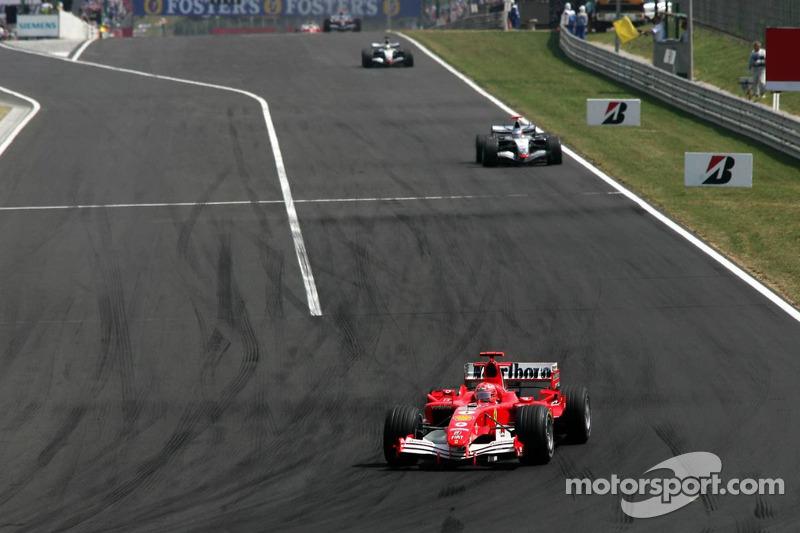 Michael Schumacher lidera al grupo