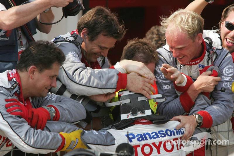 Ralf Schumacher celebra el podio con los miembros del equipo Toyota
