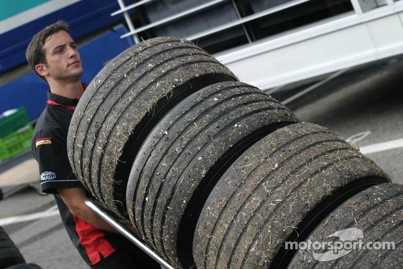 Miembro del equipo Minardi en el trabajo después de la carrera