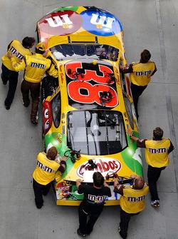 Elliott Sadler and his crew push the car to qualifying