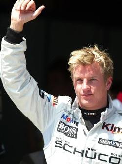 Ganador de la pole position Kimi Raikkonen celebra