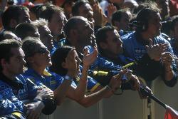 Сотрудники команды Renault F1 team под подиумом