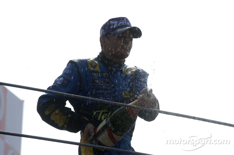 Podium: champagne for Giancarlo Fisichella