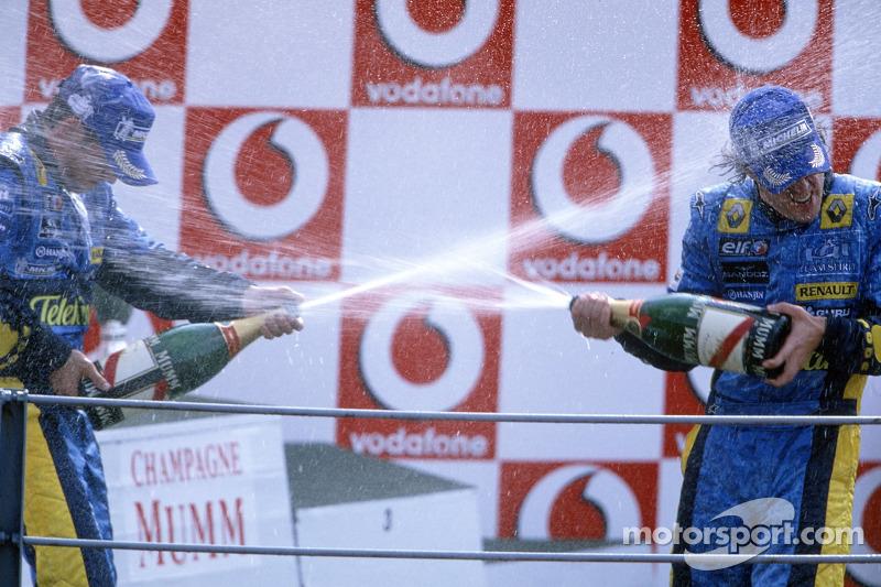 Podio: champagne para Fernando Alonso y Giancarlo Fisichella