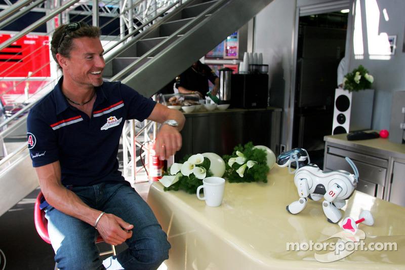 David Coulthard y el perro robot de Sony Aibo