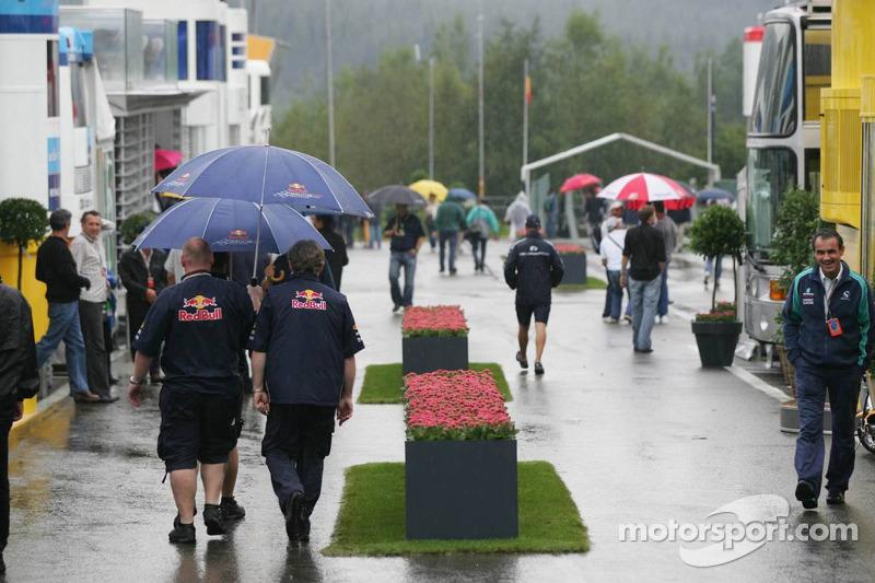 El paddock bajo fuerte lluvia