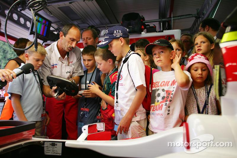 Visitan de jóvenes fans garaje Toyota