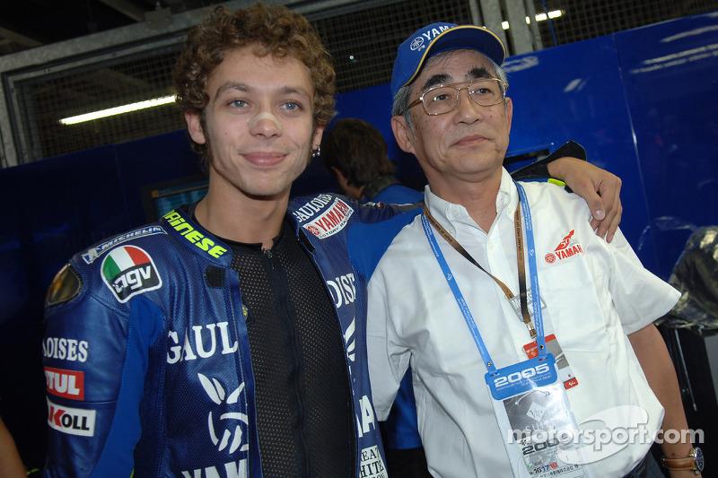 Valentino Rossi con el presidente de Yamaha Sr. Kajikawa