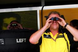 Jordan team member watches qualifying