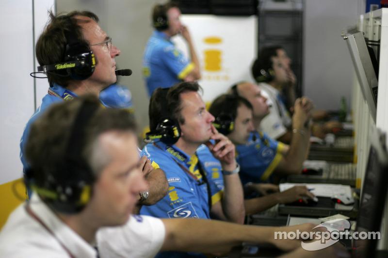 Ingenieros de Renault F1 en el trabajo