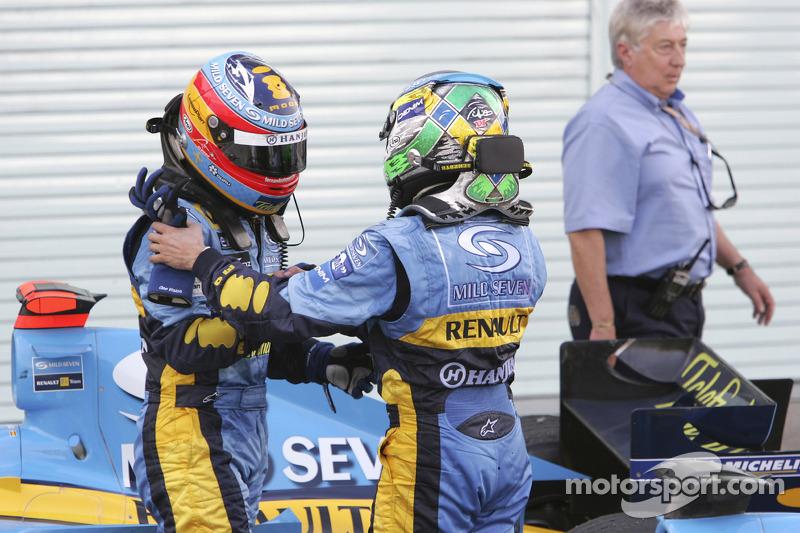 Fernando Alonso y Giancarlo Fisichella se felicitan mutuamente