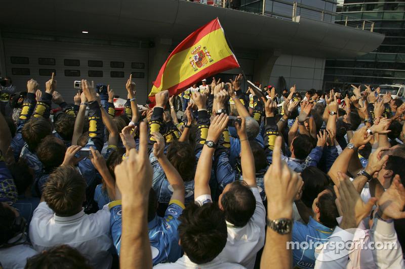 Los miembros del equipo Renault F1 celebran Campeonato Mundial durante la ceremonia de podio