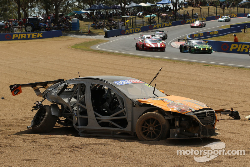 #91 MARC Cars Australia Mazda 3 V8: Keith Kassulke, Jake Camalleri, Ivo Breukers in un enorme incidente