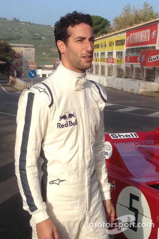 Daniel Ricciardo pilota o Alfa Romeo 33 T3 no antigo circuito de Targa Florio