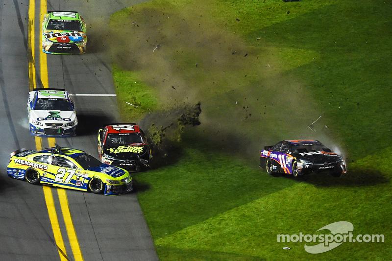 Пол Менард, Річард Чілдресс Racing Chevrolet та Денні Хемлін, Joe Gibbs Racing Toyota crash