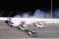 Ricky Stenhouse jr., Roush Fenway Racing, Ford, und Austin Dillon, Richard Childress Racing, Chevrolet, in Schwierigkeiten