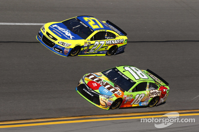 Kyle Busch, Joe Gibbs Racing, Toyota, und Paul Menard, Richard Childress Racing, Chevrolet