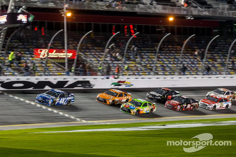 إستكمال السباق: جيمي جونسون، هندريك موتورسبورتس شيفروليه، في الصدارة
