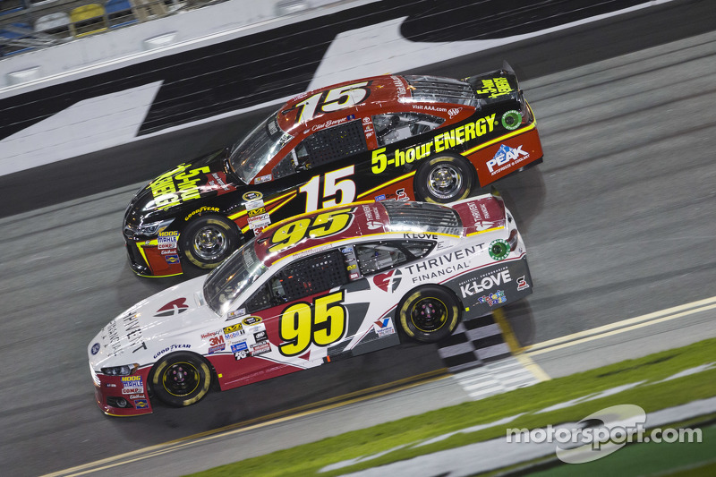 Michael McDowell, Leavine Family Racing, Ford, und Clint Bowyer, Michael Waltrip Racing, Toyota
