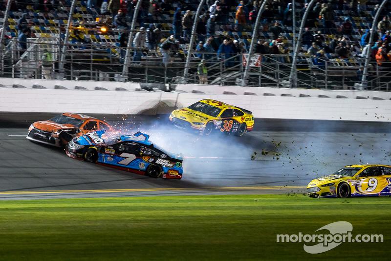Sam Hornish jr., Richard Petty Motorsports, Ford; Alex Bowman, Tommy Baldwin Racing, und Jeb Burton, BK Racing, Toyota, in Schwierigkeiten