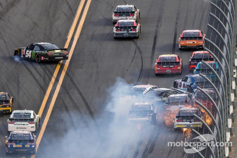 Kyle Busch, Joe Gibbs Racing, Toyota, rutscht weg und hin zur inneren Mauer