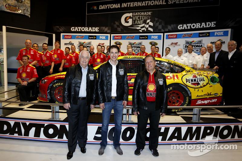Roger Penske, Joey Logano und Crew-Chief Todd Gordon, Team Penske, Ford
