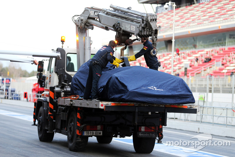 The Scuderia Toro Rosso STR10 of Carlos Sainz Jr., Scuderia Toro Rosso is recovered back to the pits