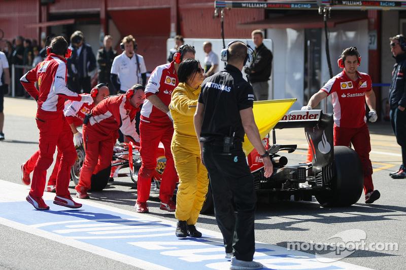 Der Ferrari SF15-T von Sebastian Vettel, Ferrari, wird durch die Boxengasse geschoben
